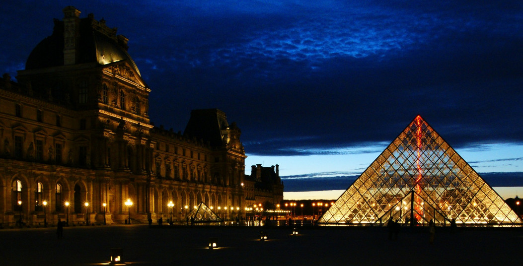 Blue hour & improvised Lightpainting at the Louvres